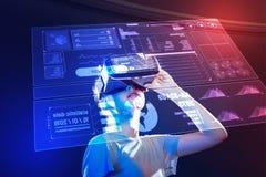 Spokojna dziewczyna jest ubranym rzeczywistość wirtualna przyrząd i patrzeje hologram zdjęcie royalty free