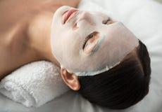 Spokojna dziewczyna relaksuje z twarzową maską przy zdrojem Fotografia Stock