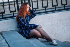 Spokojna dziewczyna stoi samotnie na nabrze?u przed ogrodzeniem bulwar obraz royalty free