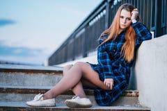 Spokojna dziewczyna stoi samotnie na nabrze?u przed ogrodzeniem bulwar zdjęcia stock