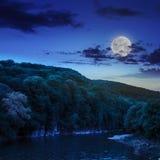 Spokojna halna rzeka na ciemnej lato nocy Obrazy Stock