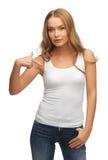 Spokojna i poważna kobieta w pustej białej koszulce zdjęcia stock
