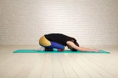 Spokojna i skoncentrowana kobieta robi joga rozciągać Obraz Royalty Free