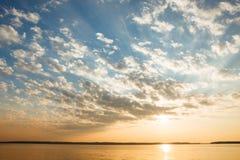 Spokojna jeziorna scena przy wschodem słońca Obrazy Stock