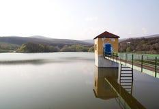 Spokojna jeziorna sceneria z jetty Obrazy Royalty Free