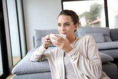 Spokojna kobieta ma filiżankę herbata obrazy royalty free