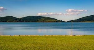 Spokojna natury scena z jeziorem Obraz Stock