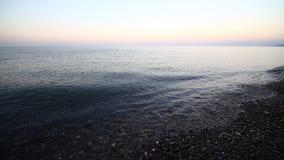 Spokojna ocean fala brzeg idylliczna plaża z turkus wody niebieskiego nieba chmur białymi otoczakami i skałą zbiory wideo