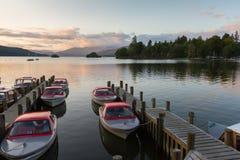 Spokojna półmrok scena łodzie cumował w molach w Jeziornym Windermere fotografia royalty free