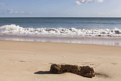 Spokojna plaża z niebieskiego nieba i bielu chmurami obrazy royalty free