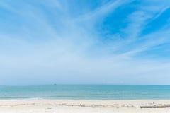 Spokojna plaża w pogodnym niebieskie niebo dniu Obraz Royalty Free