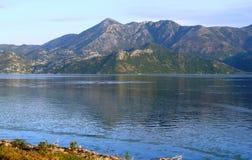 Spokojna rozległość Skadar jezioro Bałkańskie góry i niebieskie niebo, zdjęcia stock