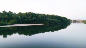 SPOKOJNA rzeka I zieleń UWĘDZONY gaj fotografia stock