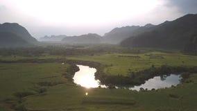 Spokojna rzeka odbija słońce promienie między zielonymi szerokimi polami zdjęcie wideo