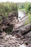 Spokojna rzeka wśród ogromnych granitowych cegiełek Zdjęcie Stock