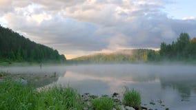 Spokojna rzeka z podesłanie ranku mgłą odbija chmurnego niebo zdjęcie wideo