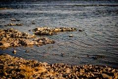 Spokojna woda rzeczna w wieczór światła tle obraz stock