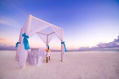 Spokojna zmierzch plaży scena Romantyczny i miesiąc miodowy obiadowy ustawianie Obrazy Royalty Free