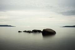 Spokojne jezioro skały z chłodno kolorami Fotografia Stock