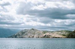 Spokojnego morza krajobrazowy i pogodny mountaint w tle Zdjęcie Royalty Free
