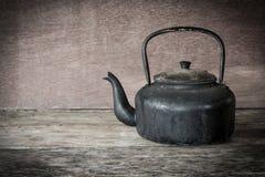 Spokojnego życia stary aluminiowy czajnik na drewnie Fotografia Stock