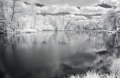 spokojnie infrare widok rzeki Zdjęcia Royalty Free