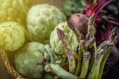 Spokojny życie karczochy i asparagus na nieociosanym textured tło Odgórnym widoku tonującym Zdjęcia Royalty Free