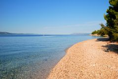 Spokojny Błękitny morze i opróżnia plażę w Chorwacja zdjęcie royalty free