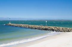 Spokojny błękitny ocean nawadnia z skalistym wybrzeżem lala punktu plaża, Brighton Le Piasek, Sydney, Australia fotografia royalty free