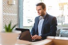 Spokojny biznesmen pracuje na laptopie w biurze Zdjęcie Royalty Free