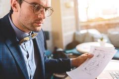 Spokojny biznesmen pracuje z dokumentami w biurze Fotografia Royalty Free