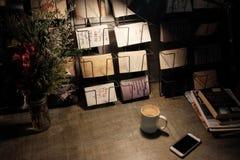 Spokojny czytanie kąt z filiżanką latte Obraz Royalty Free