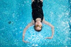 Spokojny dzieciak cieszy się pływać obraz royalty free