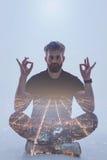 Spokojny facet cieszy się medytację blisko miastowej widok projekci fotografia royalty free