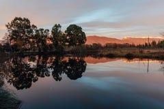 Spokojny górski jezioro Odbicie góry, drzewa i półmroku wieczór niebo w jezioro wodzie Zdjęcie Royalty Free
