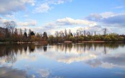 Spokojny i pokojowy jezioro zdjęcia stock