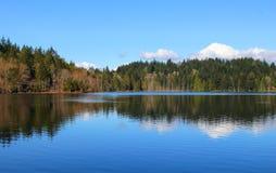 Spokojny i pokojowy jezioro zdjęcie royalty free