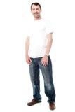 Spokojny i zrelaksowany wieka średniego mężczyzna zdjęcie stock