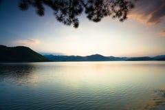 Spokojny jezioro pod zmierzchem Obraz Stock