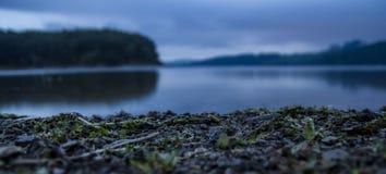 Spokojny jezioro podczas wczesny poranek godzin Obrazy Royalty Free