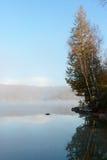 Spokojny jezioro w ranku Zdjęcia Royalty Free