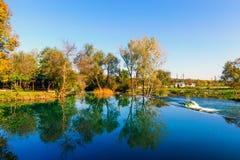 Spokojny jezioro w utrzymanej naturze Fotografia Stock