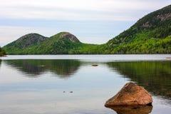 Spokojny jezioro w wczesnym poranku Zdjęcia Royalty Free