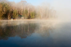 Spokojny jezioro z domem w ranku Obrazy Royalty Free