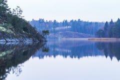 Spokojny jezioro z odbiciami fotografia royalty free