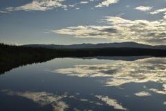 Spokojny jezioro z odbiciami od nieba Zdjęcia Royalty Free