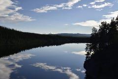 Spokojny jezioro z odbiciami od nieba Obrazy Royalty Free