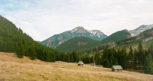 Spokojny 4K natury czasu upływ z górą, doliną, lasem i dom na wsi, zbiory