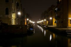 Spokojny kanał przy nocą w Wenecja Zdjęcie Stock