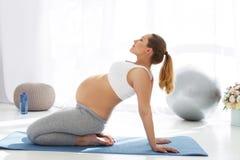 Spokojny kobieta w ciąży koncentruje myśli fotografia royalty free